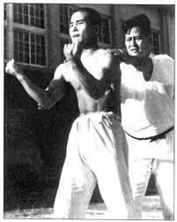 Sensei Chojun Miyagi testando a execução da kata Sanchin em 1941.